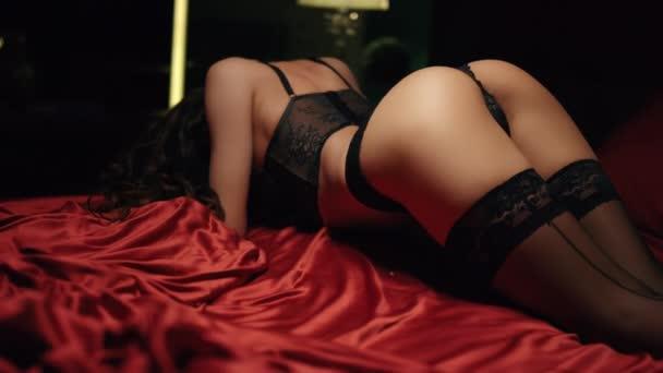 Sexy zadnice pózující na červeném hedvábí. Horká dívka stojící pejsek styl póza.