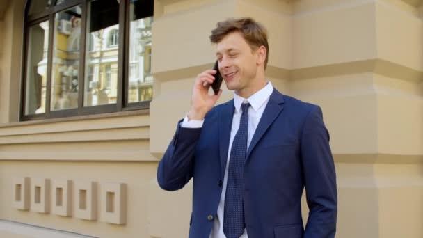 Úspěšný obchodník mluví o mobilu. Portrét šťastného podnikatele