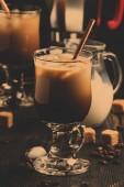 Fényképek Jeges kávé üveg, tej, cukor és kávéfőző, sötét háttér