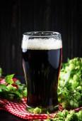 Fényképek Barna sör, ale, vagy vaskos iin nagy üveg, sötét, bár számláló, szelektív összpontosít