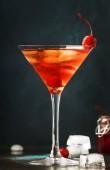 Klasszikus alkoholos koktél Manhattan, a bourbon, piros vemuth, keserű, a jég és a koktél cseresznye, pohár, éjszakai bár háttér, hely, a szöveg, szelektív összpontosít