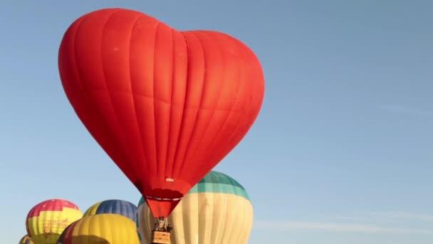 schöne Luftballons fliegen in den Himmel.