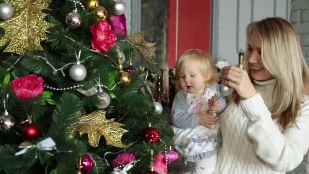Wer Schmückt Den Weihnachtsbaum.Die Familie Schmückt Den Weihnachtsbaum Silvester Und Weihnachten
