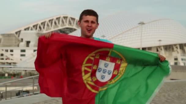Ember egy focirajongó, a portugál zászló. A ventilátor Portugália zászlaja