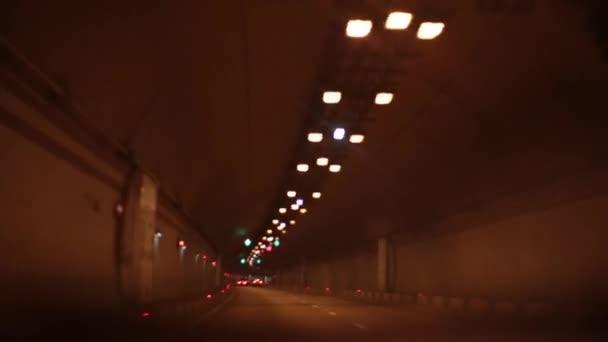 Silnice, auta jezdí v tunelu. Automobilový tunel