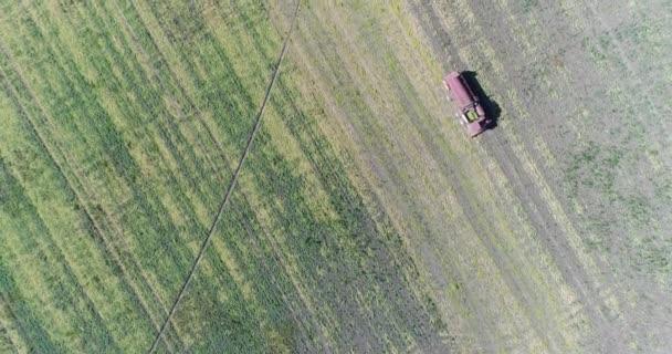 Farma, zemědělství. Letecká fotografie, Kombajn jede do pole