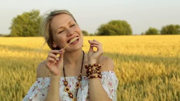 Žena v pšeničné pole. Krásná žena na venkovských pozaďových.