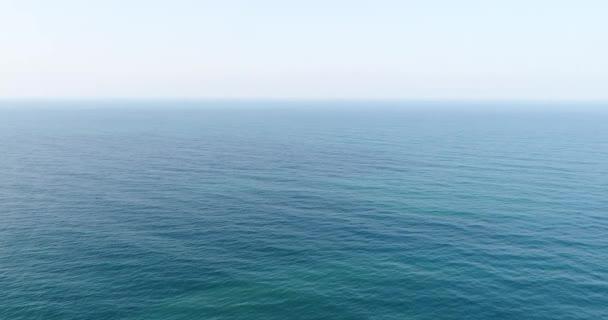 Letecká fotografie, klidné modré moře.