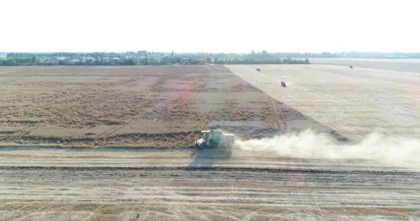 Letecká fotografie, Kombajn v pšeničné pole. Zemědělství, sklizeň.