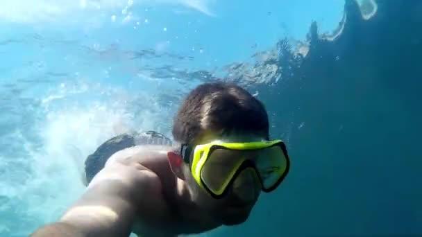 Taucher in Maske im Meer unter Wasser.