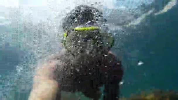 ein Mann mit Maske zum Tauchen im Meer.