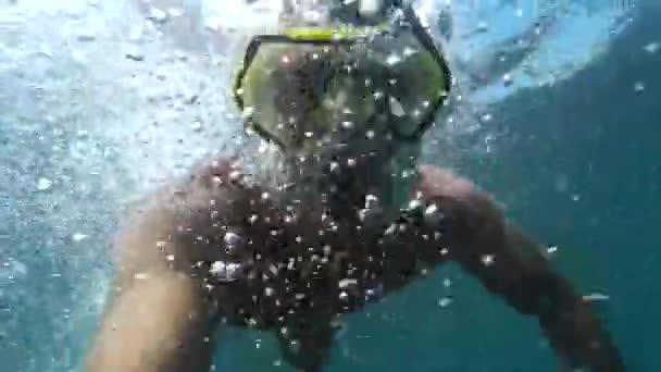 Verrückter Taucher in Maske unter Wasser.