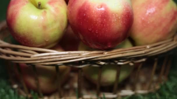 Almát a kosárba a fűben, közelkép.