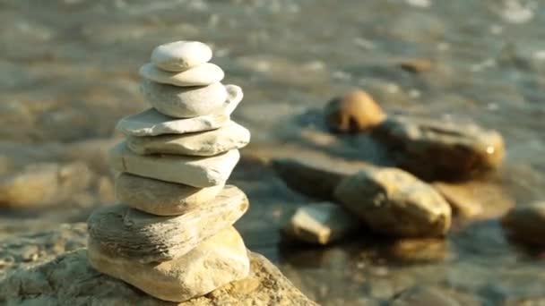 Jehlanový s kameny, moře, vlny. Relax a odpočinek