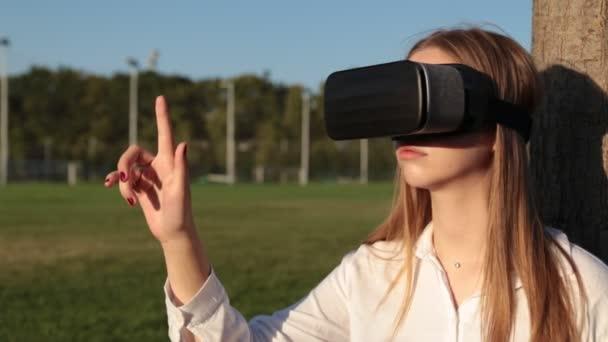 Mladá žena v Vr brýle dělá gesta rukou