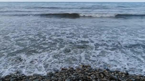Skalnaté pobřeží, mořské vlny, pláž, surf. Zpomalený pohyb