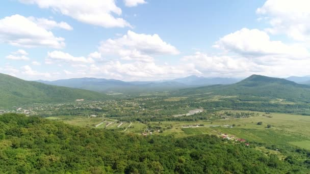 Letecký pohled na, zelené údolí, farma a hory.