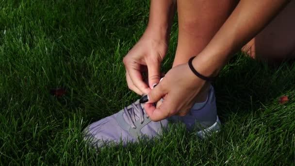 Damenschuhe Turnschuhe auf dem grünen Gras, Nahaufnahme.
