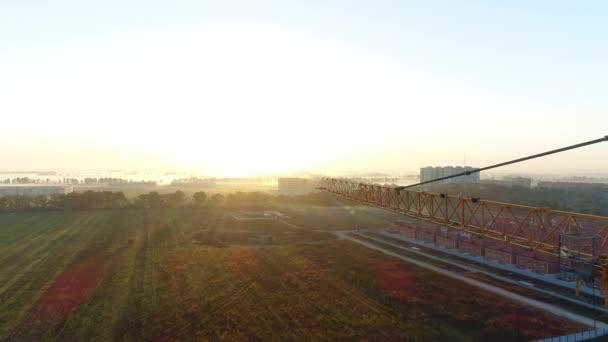 Stavební jeřáb na pozadí slunce. Moderní stavby.