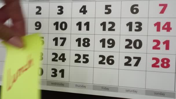Nápis oběd, kalendář a nálepka