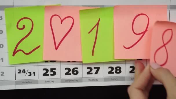 Naptár és színes böllér-val számok 2019. Az új évben 2019 gondolatát.