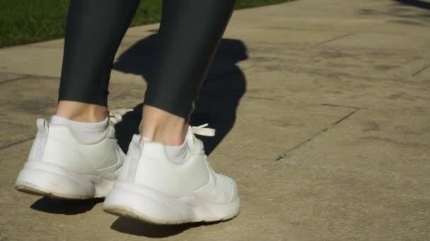 Zpomalený pohyb, Žena v teniskách rozcvičení před Jogging