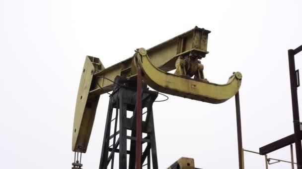 Vecchio pompa di pompaggio olio o gas. Produzione di idrocarburi.