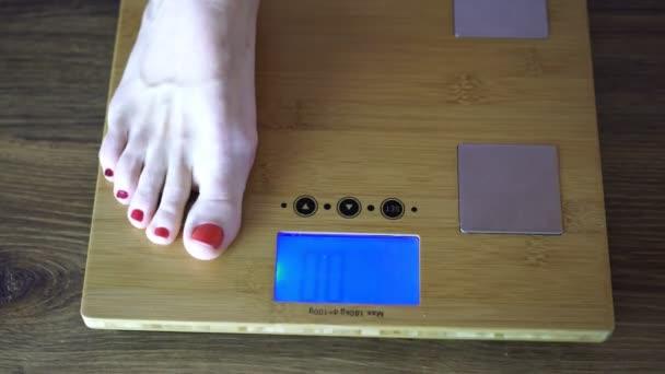 Žena na podlahové váhy