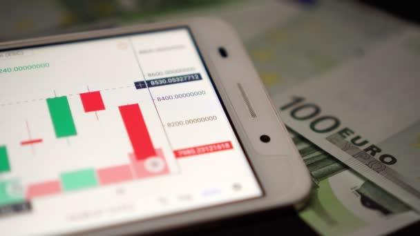 Podnikatel používá smartphone obchodovat na měnu nebo burze cenných papírů.