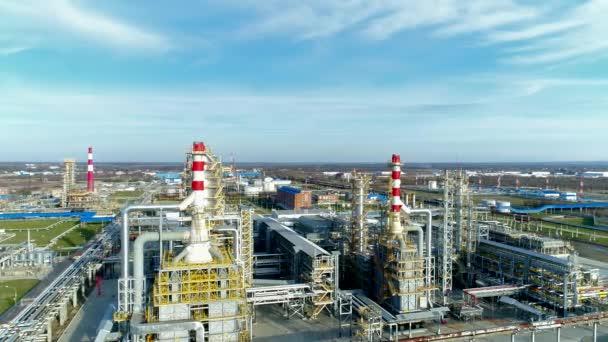 Luftaufnahme: eine große Raffinerie. Ölraffinerie.