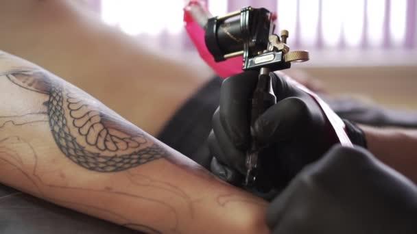 proces nanášení tetování stroj, detail.