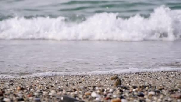 Mořské vlny a kamenná písečná pláž, pomalý pohyb. Mořský příboj, uzavření.