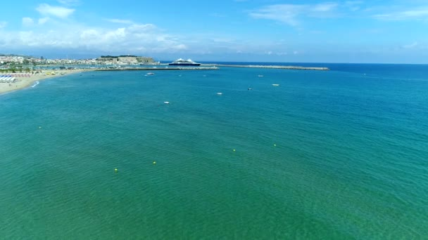 Mořské pobřeží Kréty. Letecký pohled na moře a pláž.
