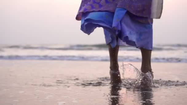 Schöne orientalische Mädchen tanzen in ethnischen Kleidern am Strand