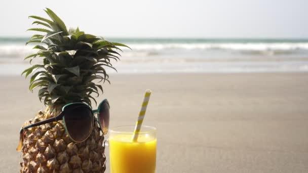 Turistický ananas na písečné pláži. Koncept tropické dovolené a letoviska