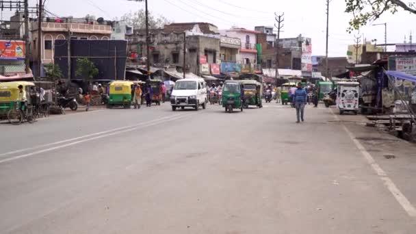 Agra, India, 2020. február. Forgalmas városi utca, szegény környék egy indiai városban..