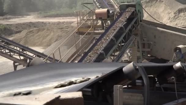 Těžební průmysl. Dopravník, provozy a lomy pro těžbu a výrobu štěrku a písku pro stavební práce