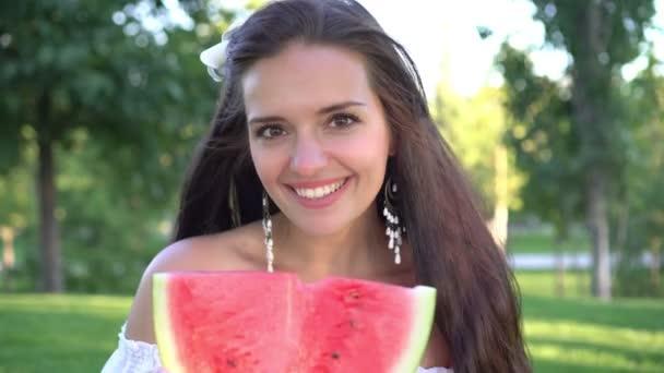 Porträt einer jungen schönen Frau mit roter Wassermelone im Freien