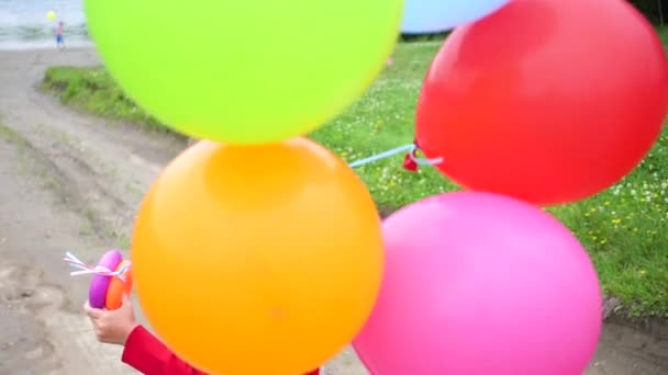 Šťastný kluk si hraje s balón v parku.