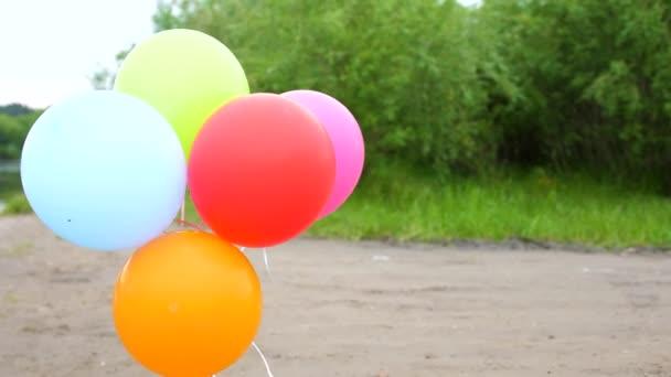 Barevné balónky rozvíjet pod širým nebem. Svátek