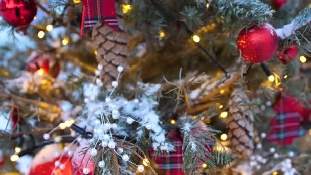 Ulice vánoční strom. Vánoční koule, věnce a výzdoba na smrků
