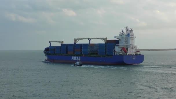 Kontejnerová loď opustí přístav