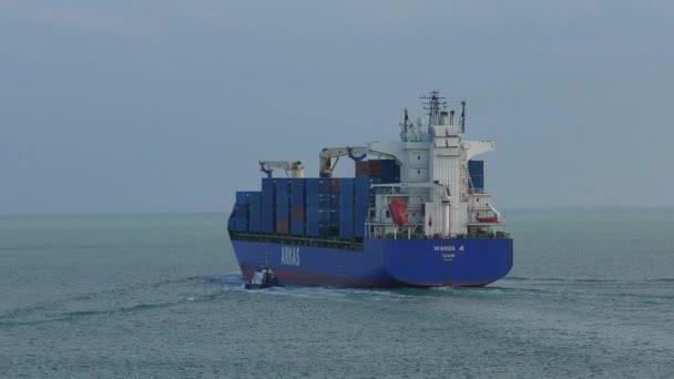 Konténerszállító hajó a kikötő elhagyása.