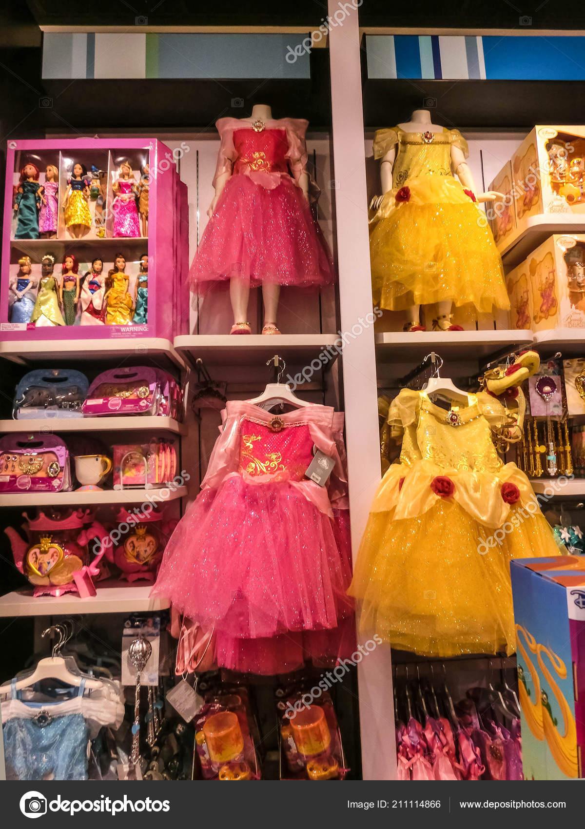 188e8ef1309 Ορλάντο, ΗΠΑ - 10 Μαΐου 2018: Το πολύχρωμο πριγκίπισσα στο Disney store  εσωτερική εμπορικό