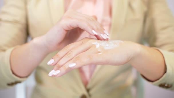 Gyönyörű womans kéz krém alkalmazása. Női hidratáló alkalmaz kezében. Bőrápoló, a szépség, wellness, egészségügyi koncepció