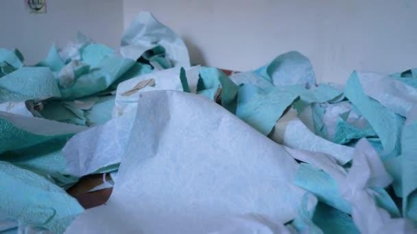 hromada odpadků odstraněny staré tapety na podlahu