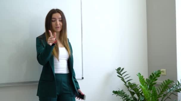 Mladí kavkazské učitel u tabule koučování vysokoškoláků v učebně