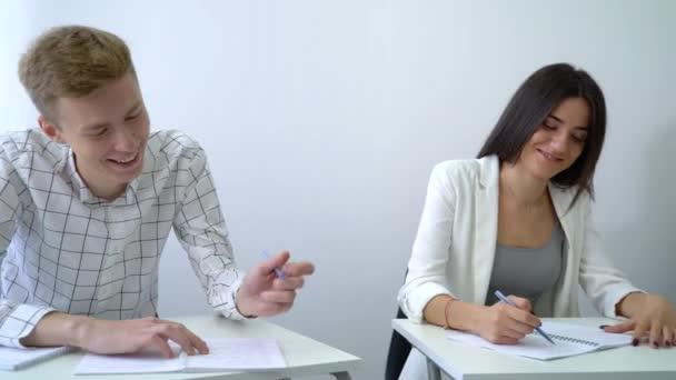 posouvání pozitivní, usmíval se mužské a ženské studenti praktikují týmovou práci a provádět komunikační dovednosti