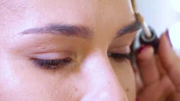 Closeup mladý ženský model tváře dostat profesionální tvar obočí v salonu krásy