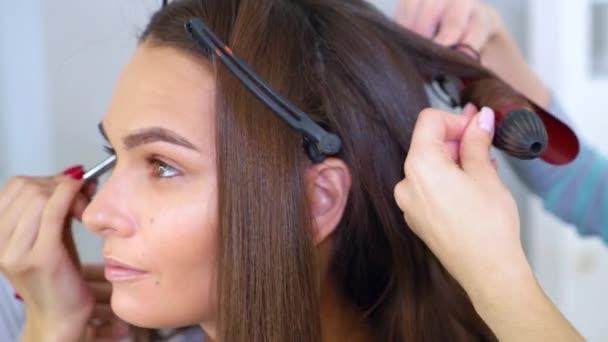 kosmetický salon specialisté na profesionální make-up a účes pro mladá bruneta žena